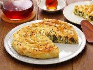 Вита баница със спанак и сирене поръсена със сусам